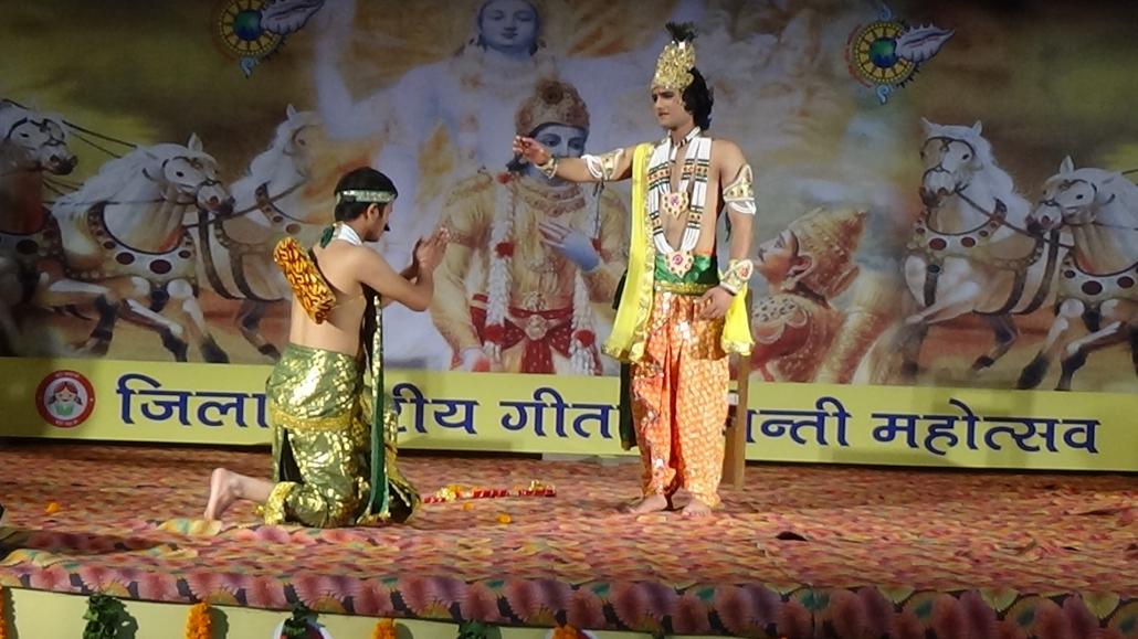 गीता जंयती महोत्सव के दूसरे दिन को आज सेक्टर-1 स्थित जैनेंद्र गुरूकुल के सभागार में धूम-धाम से मनाया गया।
