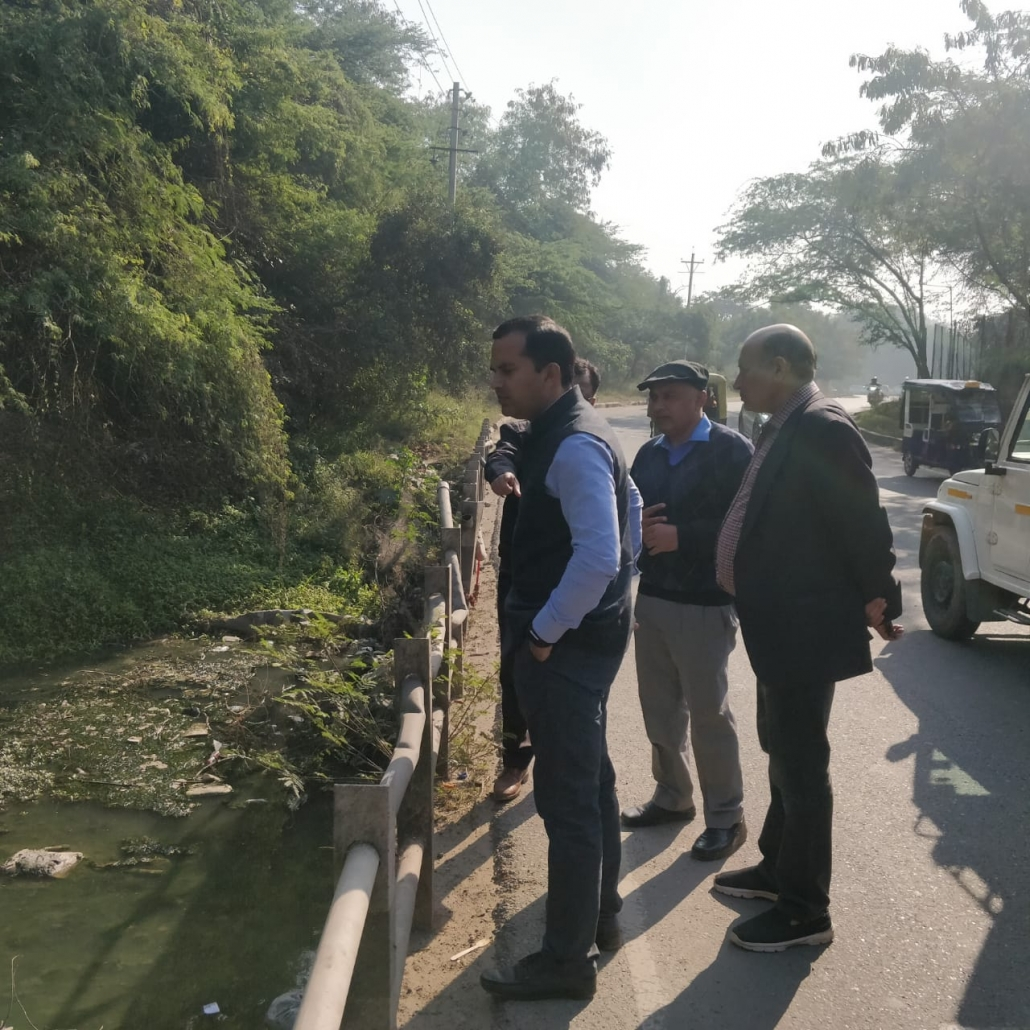 Commissioner inspects Sukhna-Choe alongwith engineers