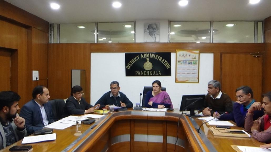 मतदाता सूचियों के रिविजन कार्य की समीक्षा करते हुए अंबाला मण्डलायुक्त दीप्ती उमाशंकर ।
