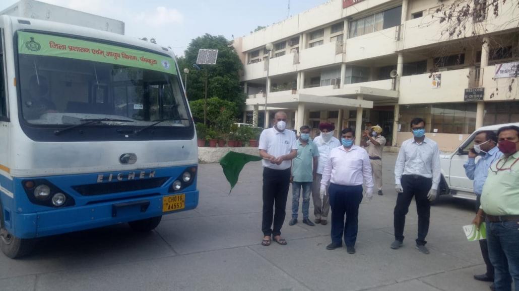 आयुष विभाग के प्रचार वाहन को हरी झण्डी दिखाकर रवाना करते हुए नगराधीश सुशील कुमार।