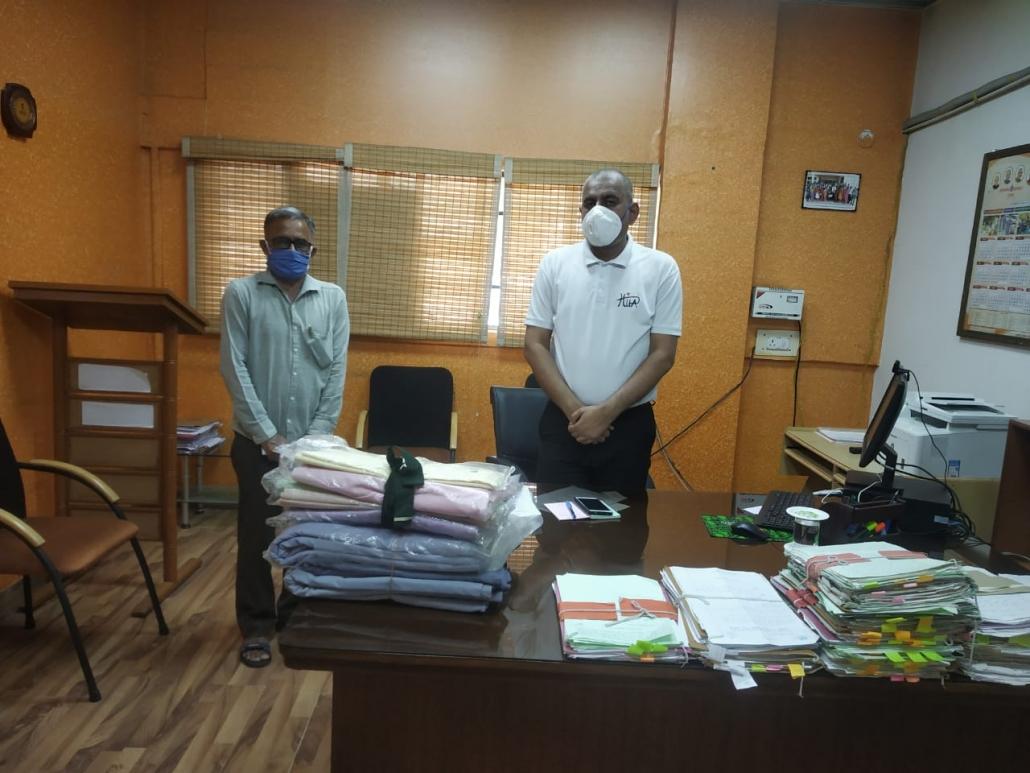 पंचकूला के नगराधीश सुशील कुमार को ग्रामोद्योग बोर्ड के अधिकारी मास्क के लिए कपड़ा प्रदान करते हुए।