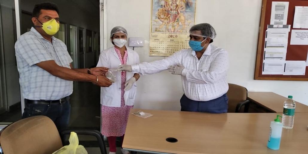 आयुष विभाग के चिकित्स इम्युनिटी बुस्ट करने के लिए औषधियां वितरित करते हुए।